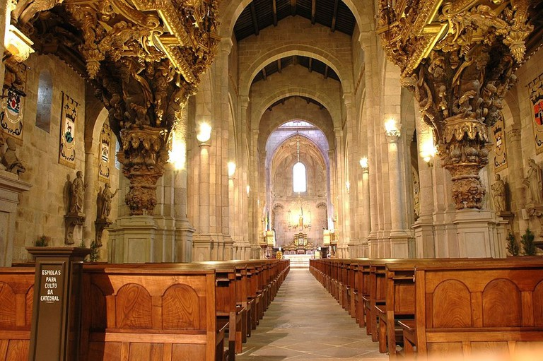 https://commons.wikimedia.org/wiki/File:Catedral_de_Braga_-_Interior.JPG