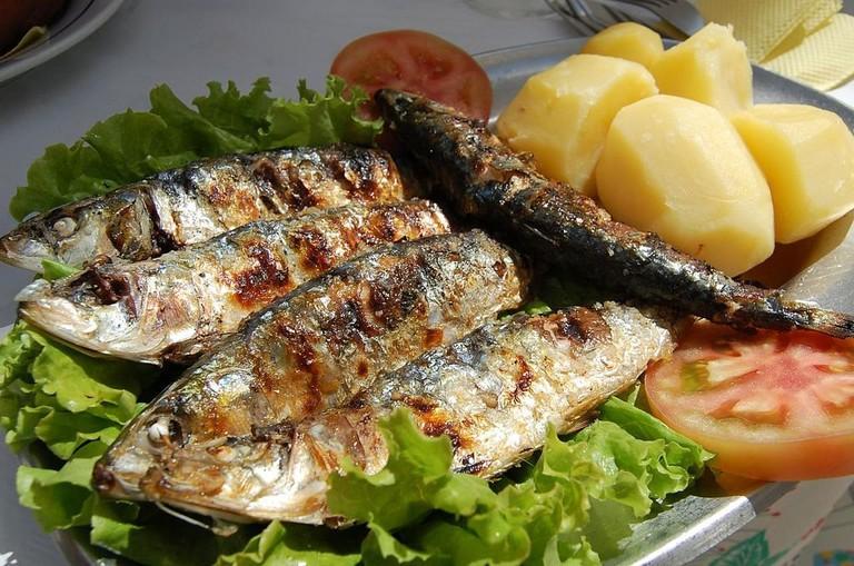 1024px-Grilled_Sardines_5.50€_Marisqueira_O_Varino_Nazaré_(3785526688)