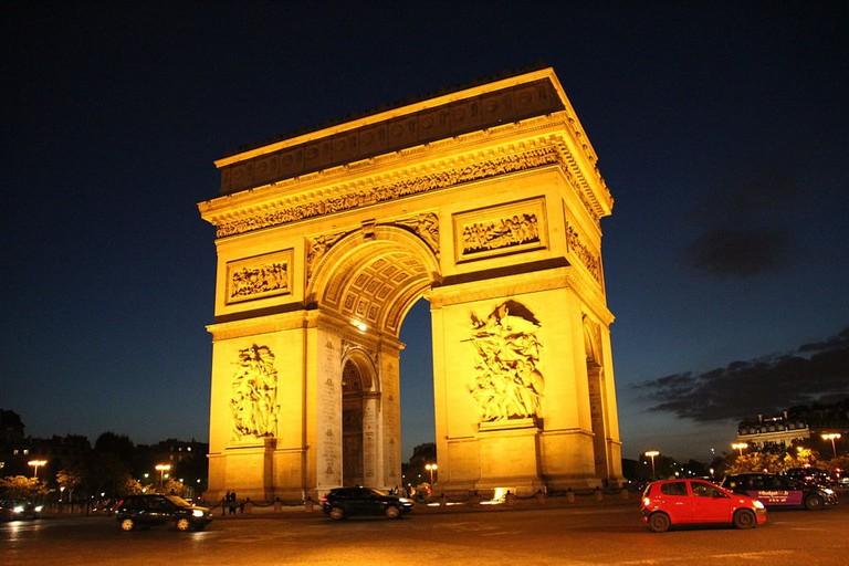1024px-L'Arc_de_Triomphe_la_nuit (1)