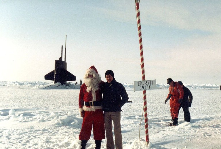 1024px-North_Pole_-_Lt_Lance_(Eng)_&_Santa