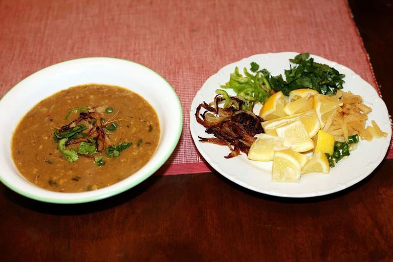 1024px-Pakistani_Haleem_served_with_garnish