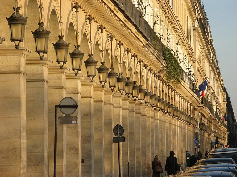 1024px-Rue_Rivoli,_Paris