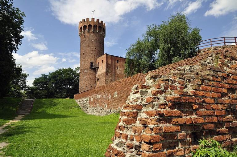 1024px-Ruiny_zamku_krzyżackiego_od_strony_wejścia_by_AW