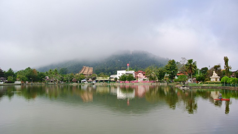 Misty morning at Jong Kham Lake