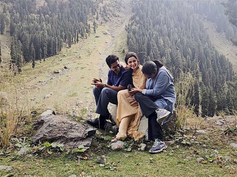 1510816597_vicky-kaushal-alia-bhatt-meghna-gulzar-raazi-set
