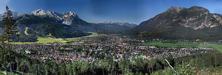 From left, Alpspitze (2628 m), Blassenkamm, Zugspitze (2962 m) and Waxenstein (2277 m), which belong to the Wetterstein