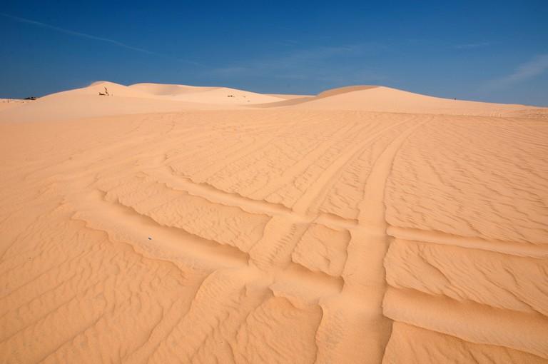 Wheel tracks over Mui Ne's sand dunes | © Saranya Chawanrattanasakul/Flickr