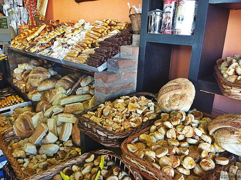 A bakery with a lot of bizcochos on display