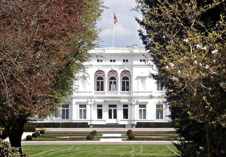 Bonn-Gronau_Adenauerallee_135_Villa_Hammerschmidt_Standarte