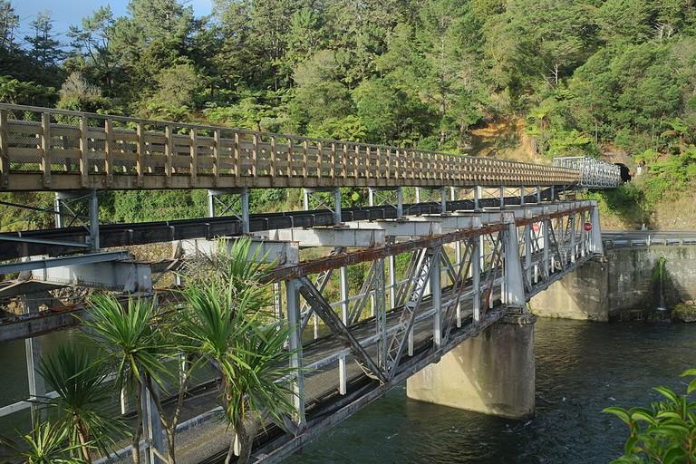 Double-deck_Western_Portal_road-rail_bridge_over_Ohinemuri_River_at_Karangahake