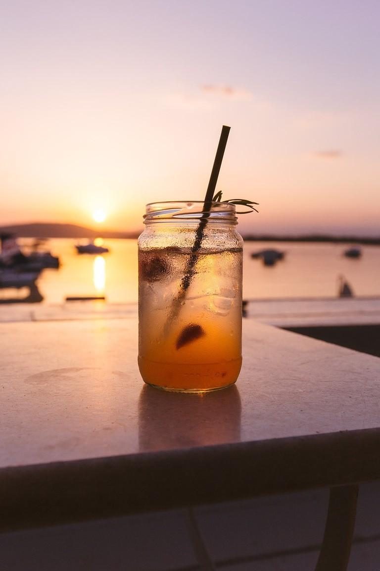 Iced tea by the beach   © StockSnap/Pixabay