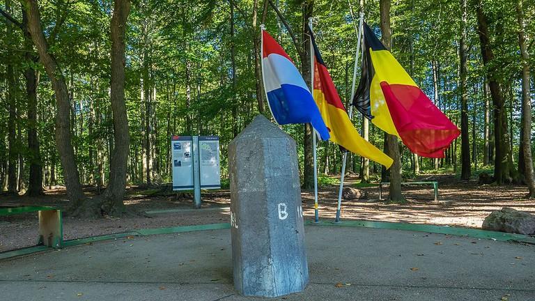 'Echte'_drielandenpunt_grenspaal_-_omgeving_Vaals_(Zuid-Limburg)_(21950660541)