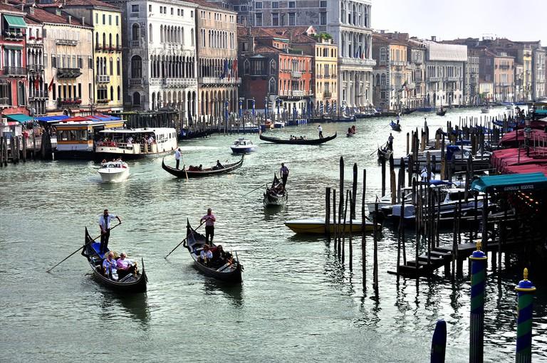 Grand_Canal_-_Rialto_-_Venice_Italy_Venezia_-_Creative_Commons_by_gnuckx_(4968452433)