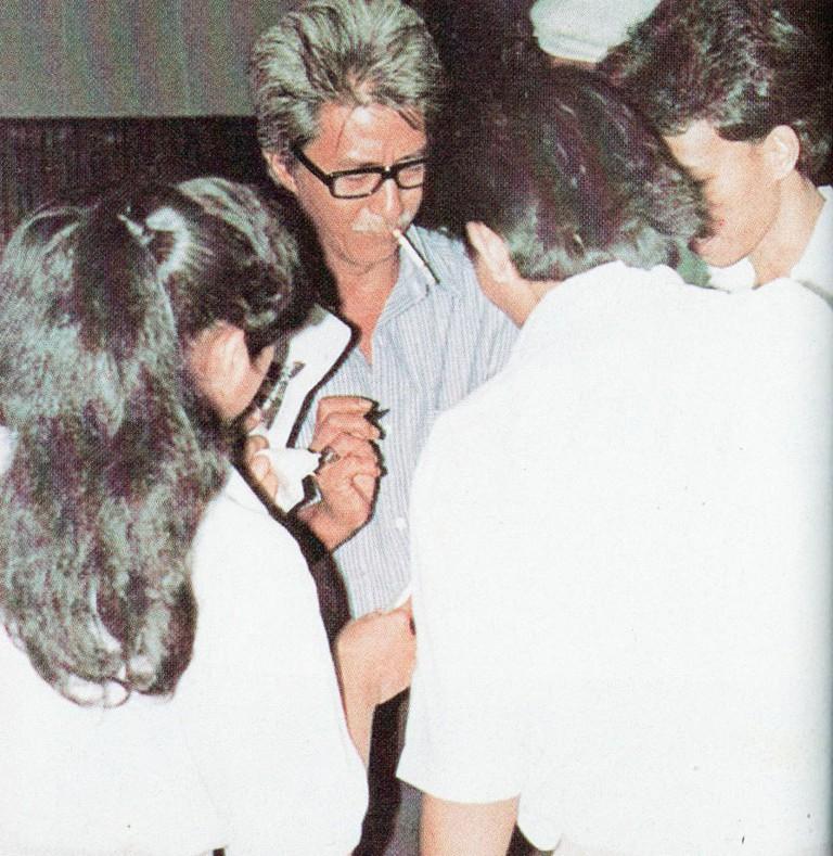 Teguh_Karya_signing_autographs,_Festival_Film_Indonesia_(1982),_1983,_WikiCommons
