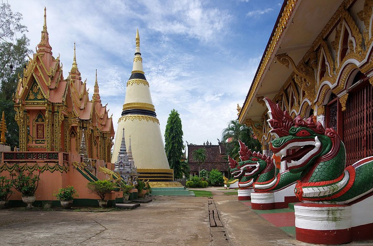 Wat_Luang_chedi_and_nagi_in_Pakse
