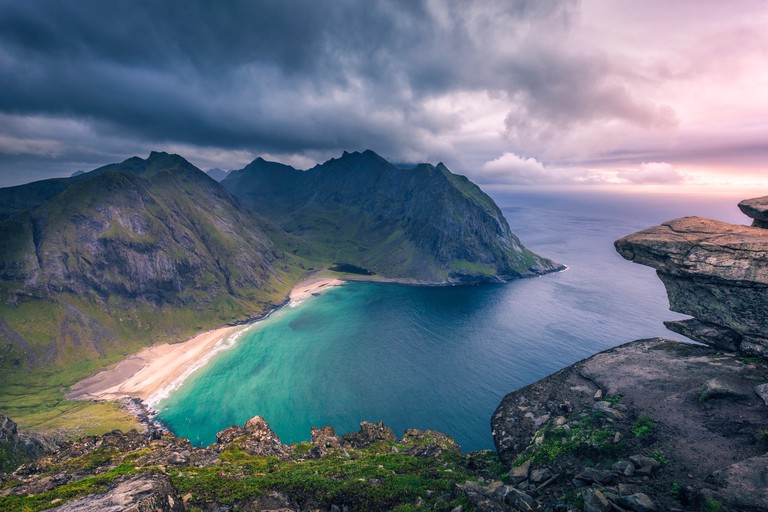 View of Kvalvika beach from the top of Ryten mountain | © Yuriy Garnaev / Unsplash