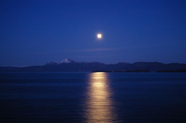 1024px-Bjørnafjorden_in_moonlight