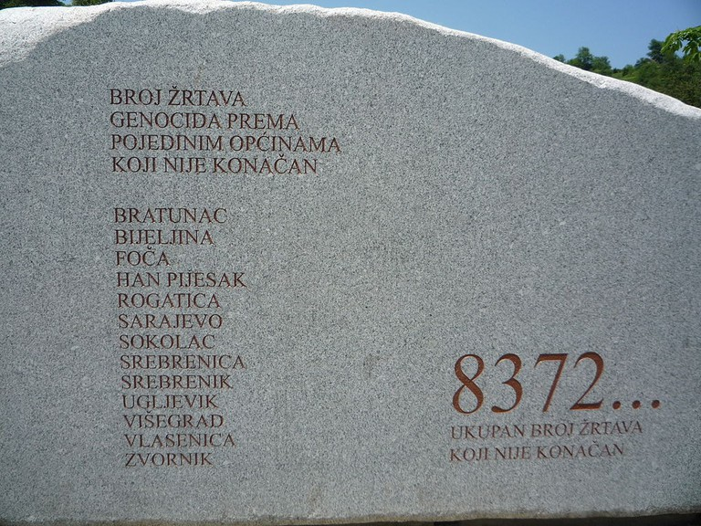 Monument in Srebrenica-Potocari Cemetery remembering the victims | © Lucignolobrescia/WikiCommons