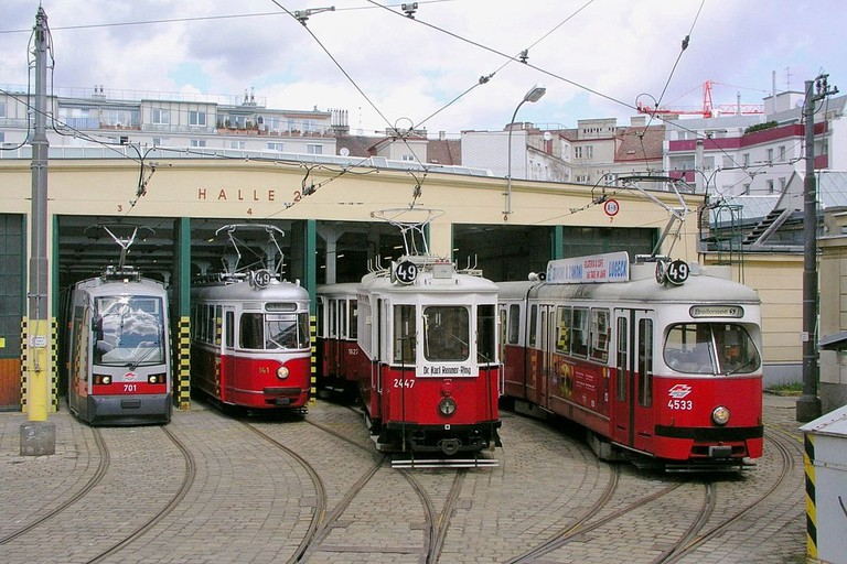 https://en.wikipedia.org/wiki/Tram#/media/File:4trams_vienna.jpg