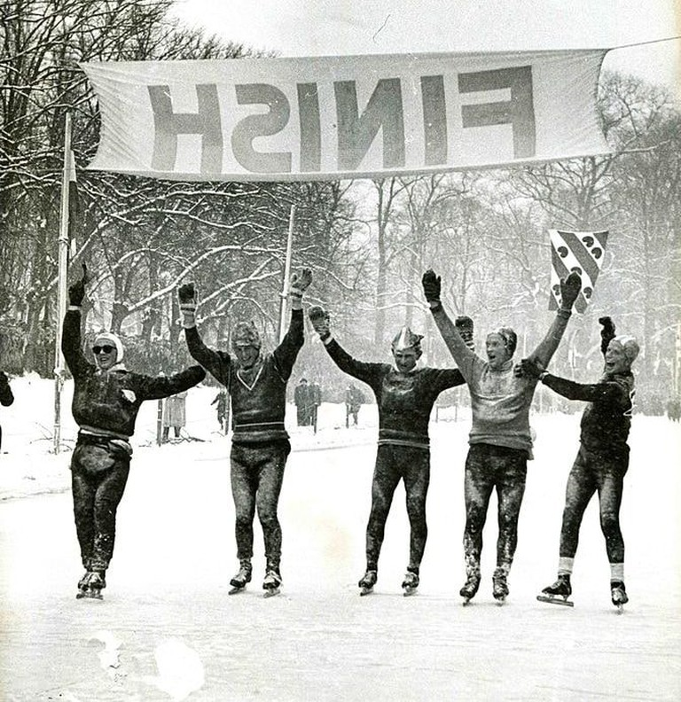 673px-Finish_11-stedentocht_1956