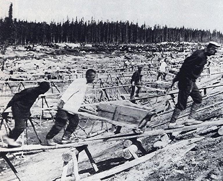 Prisoner labor at construction of Belomorkanal, 1932 I