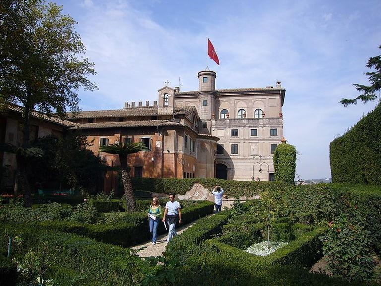 800px-Aventino_s_Maria_del_Priorato_villa_dal_giardino_1050419