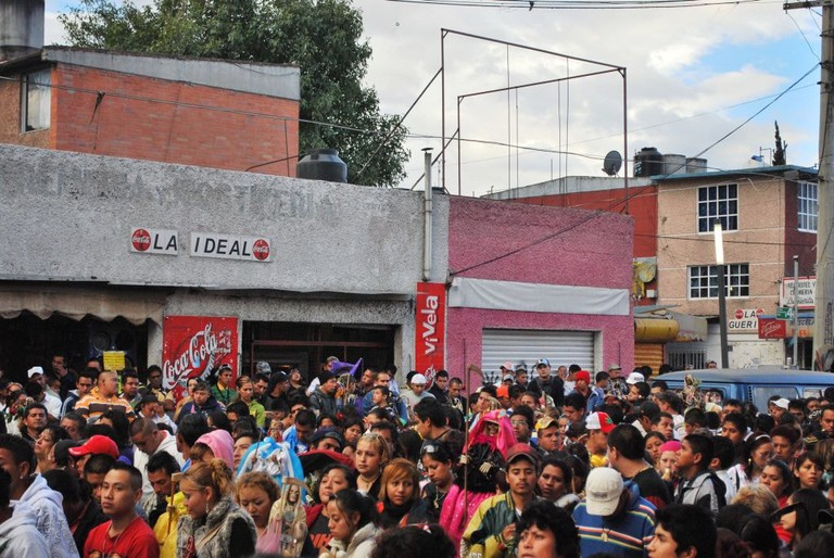 Part of crowd gathered for the Santa Muerte rosary │© Thelmadatter / wikimedia