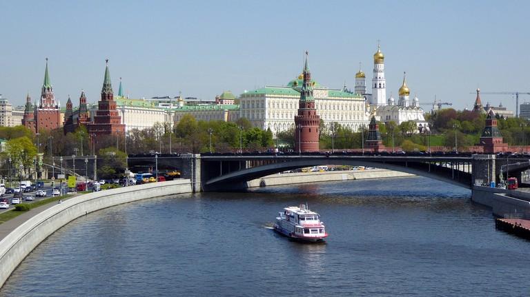 https://pixabay.com/pl/moskwa-kreml-rejs-po-rzece-rosja-2447891/