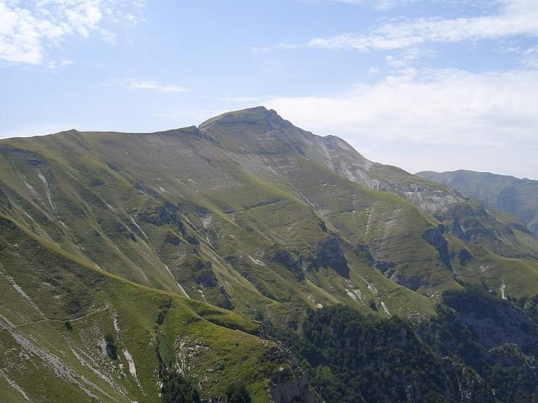 Panorama_di_un_versante_del_Monte_Sibilla.JPG