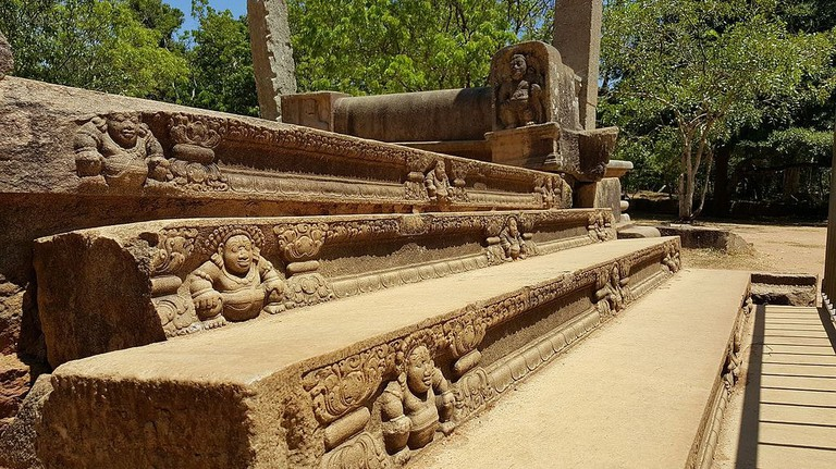 Sculptures_of_Buddha_on_steps_in_the_ancient_city_of_Anuradhapura,_Sri_Lanka