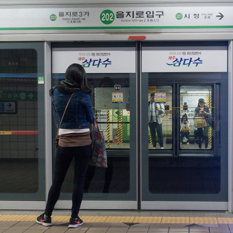 Waiting for the Seoul Subway   © leifbr/Flickr