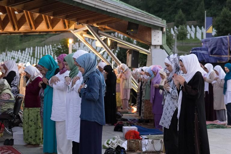 Muslim women praying at Memorial center Potocari | © Giovanni Vale/Shutterstock