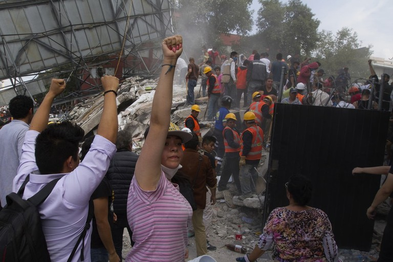 Aid workers signal for complete silencel México