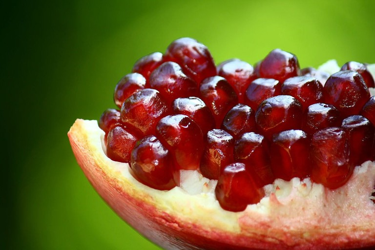 """<a href=""""https://commons.wikimedia.org/wiki/File:An_opened_pomegranate.JPG"""" rel=""""noopener"""" target=""""_blank"""">Pomegranate seeds and skin"""