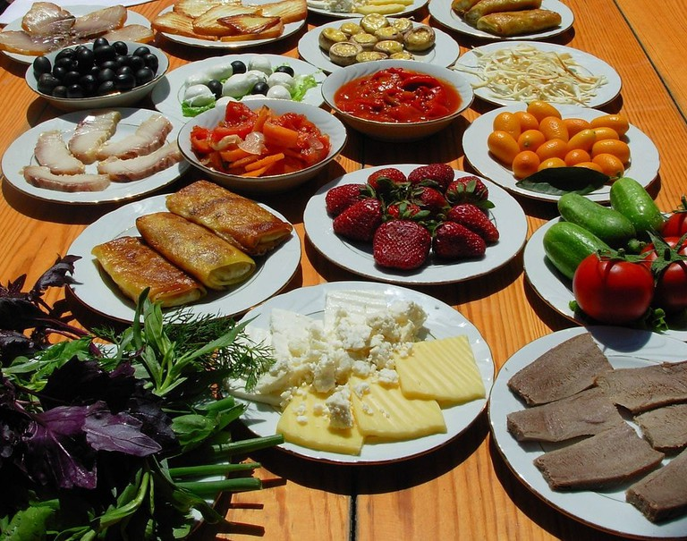 Fruits, cheese and pastry as light snacks in Azerbaijan | © Emin Bashirov/WikiCommons