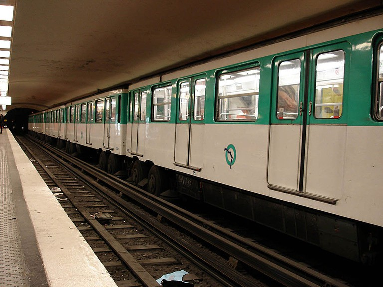 1024px-Metro_Paris_-_Ligne_6_-_station_Montparnasse_-_Bienvenue_02