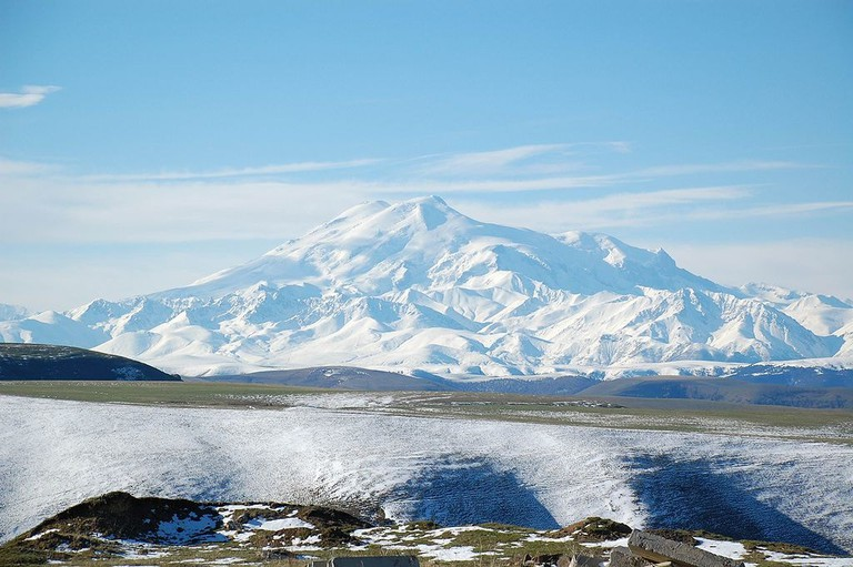 Magnificent view of the snow covered Mount Elbrus | © JukoFF/WikiCommons