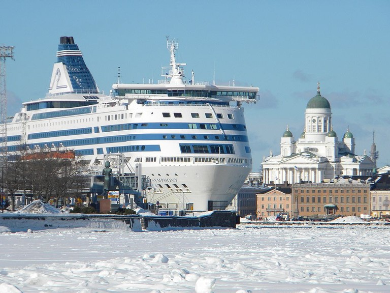 1024px-Silja_Symphony_and_icy_sea_lane_South_Harbor_Helsinki_Finland