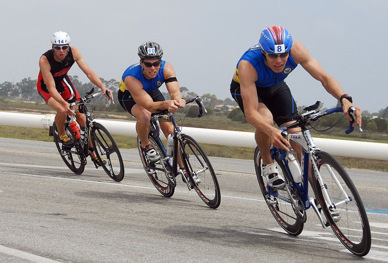 1024px-US_Navy_070728-N-1722M-178_Two_Navy_triathletes_lead_the_way_during_the_cycling_portion_of_the_Armed_Forces_Triathlon_at_Point_Mugu