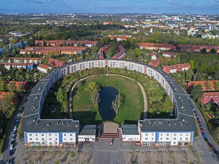 1200px-Berlin_Hufeisensiedlung_UAV_04-2017