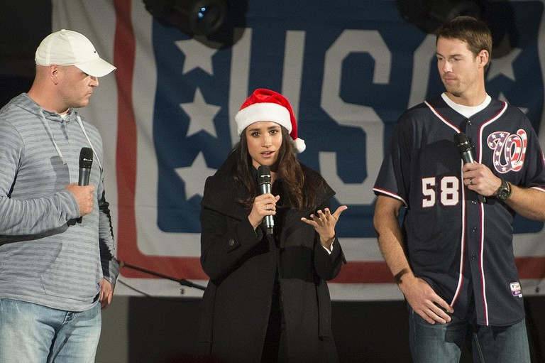 Brian Urlacher, Meghan Markle and Doug Fister at USO show, 2014 | © D. Myles Cullen / WikiCommons