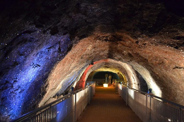 1200px-Khewra_Salt_Mine_-_Crystal_Deposits_on_the_mine_walls