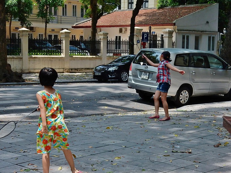 Kids playing some sidewalk badminton | © Michael Coghlan/Flickr