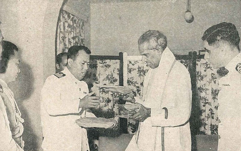 A photograph of VK Krishna Menon being honoured by the Indonesian Commodore Omar Basri Sjaaf