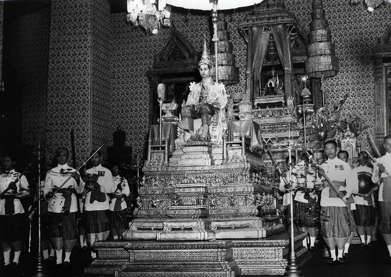Coronation_audience_at_the_Amarin_Winichai_of_King_Rama_IX