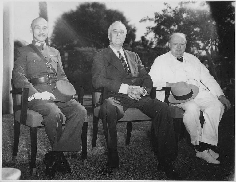 Franklin_D._Roosevelt,_Chiang,Kai_Shek,_and_Churchill_in_Cairo,_Egypt_-_NARA_-_196609