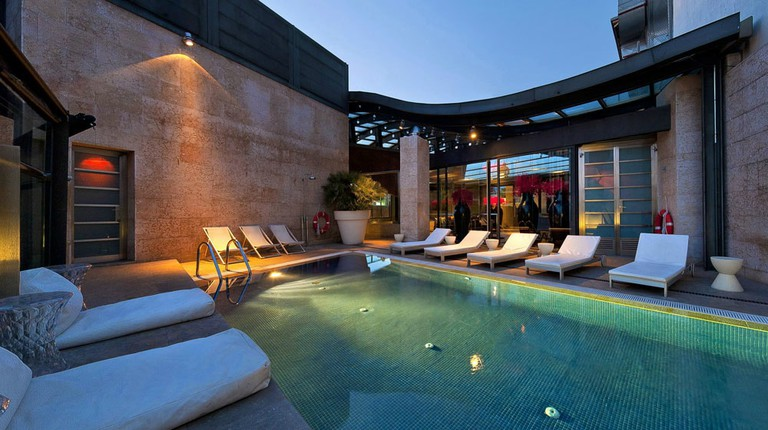 The rooftop pool of Hotel Urban