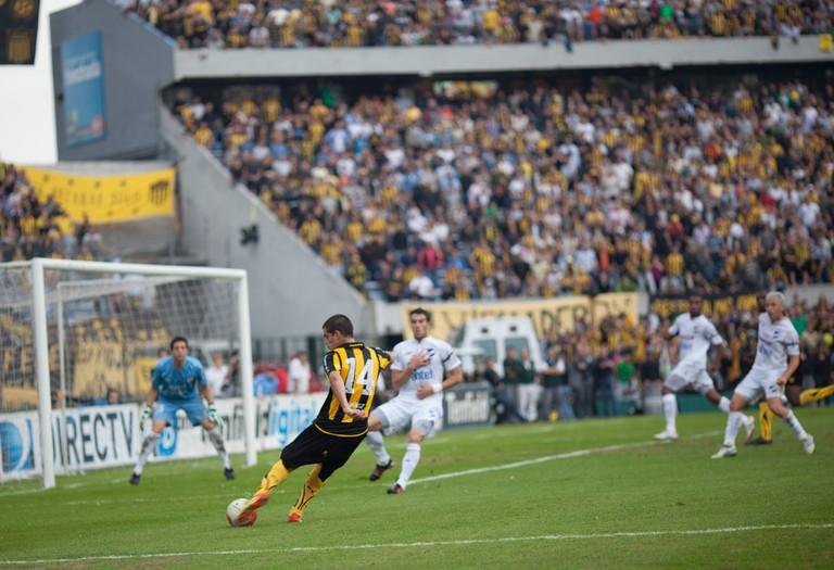 Nacional and Peñarol clash in the Montevideo derby