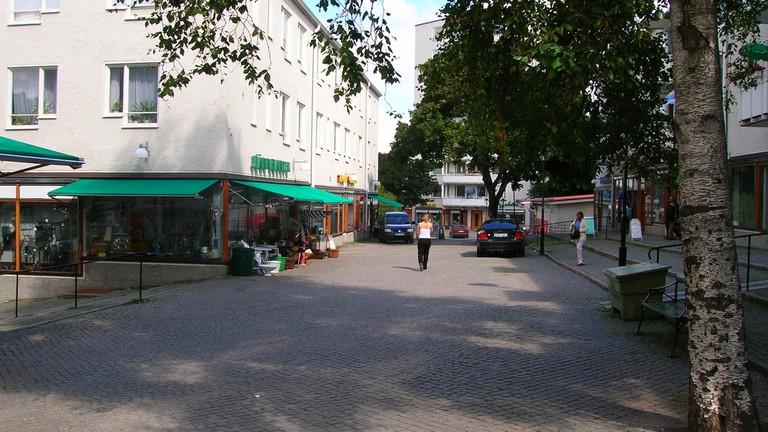 Pedestrians_in_Hökarängen_Stockholm_2005-08-03