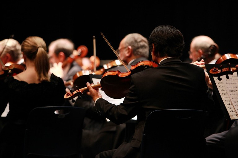 https://pixabay.com/en/orchestra-symphony-stage-performing-2098877/